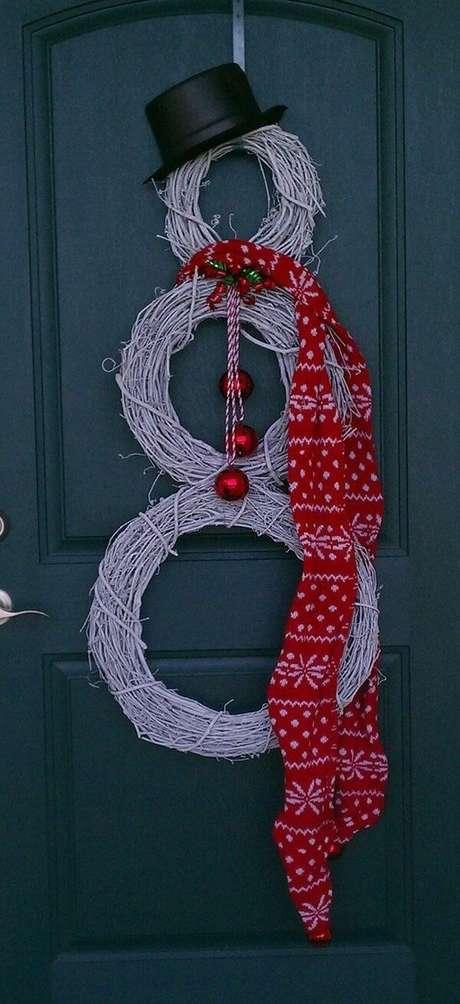 55- Na porta foi utilizado pequenos gravetos para compor a decoração. Fonte: Revista Artesanato