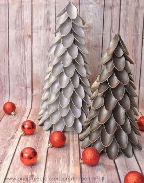 76- Enfeite de árvore de natal foi confeccionada com pequenas colheres de plástico. Fonte: Artesanato