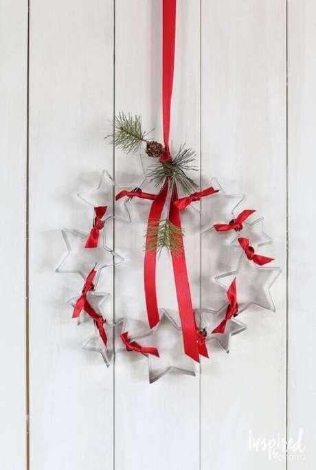 58- Guirlanda com estrelas transparentes e fita vermelha decora a porta de entrada. Fonte: Pinterest