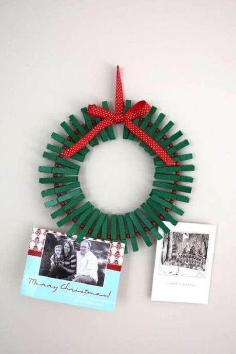 59- A guirlanda com pregadores pintados na cor verde é um excelente artesanato de natal. Fonte: Pinterest