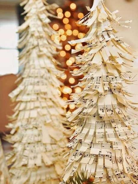 61- A mini árvore de natal foi confeccionada com pequenos papéis picados de notas musicas. Fonte: Casa e Festa
