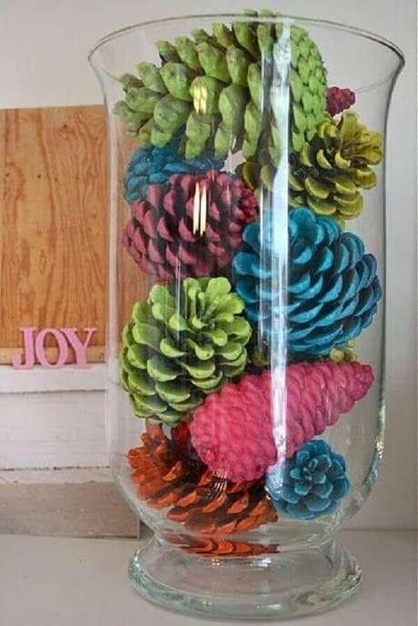 63- Vaso transparente com pinhas coloridas é um artesanato de natal simples, bonito e barato. Fonte: Artesanato