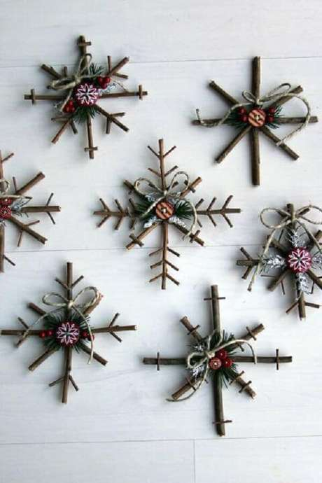 3- Alguns galhos e ramos foram transformados em lindas representações de flocos de neve