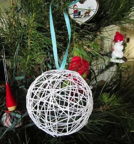64- A bola de barbante é uma ótima dica para você começar a fazer um artesanato de natal. Fonte: Artesanato
