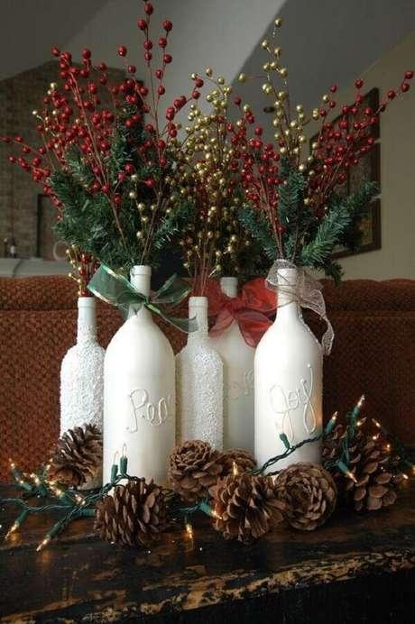 65- Artesanato de natal com garrafas complementam a decoração do ambiente. Fonte: Pinterest