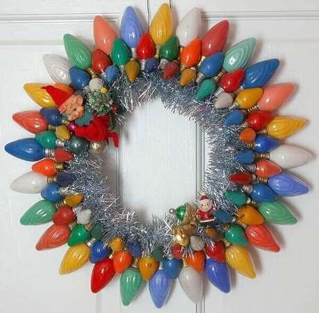66- Faça um artesanato de natal com lampadas coloridas para elaborar uma guirlanda divertida e criativa. Fonte: Como Fazer em Casa