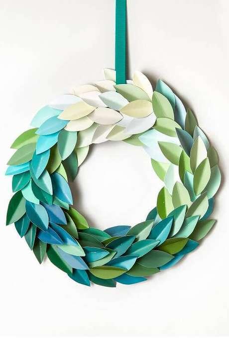 1- Guirlanda de folhas de papel dobradas é um artesanato de Natal lindo