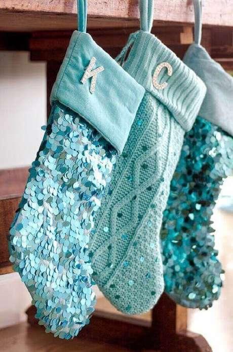 72- As meias penduradas tem aplicação de lantejoulas azuis. Fonte: Pinterest