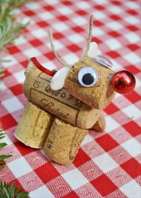 23- Rena artesanal feita com rolas de vinho