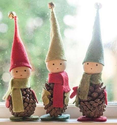 75- Artesanato de natal utiliza pinhas, bolinhas de isopor e feltro para fazer o duende. Fonte:Pinterest
