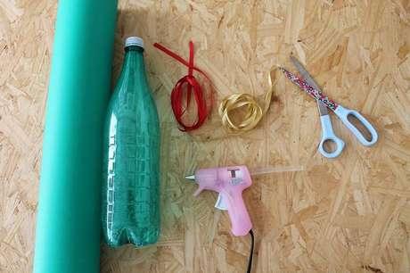 4. Esses são os materiais que você vai precisar para fazer a sua árvore de natal de garrafa PET