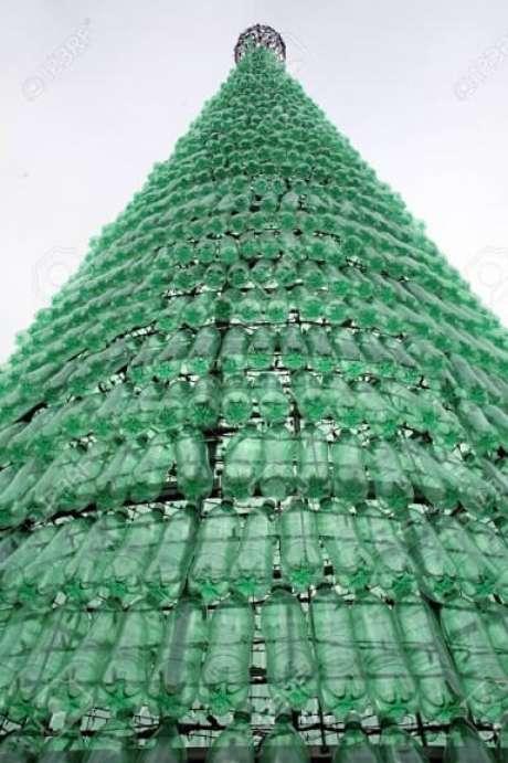 1. Existem vários modelos de árvore de natal de garrafa PET, pequenas e (muito) grandes. Foto de 123RF