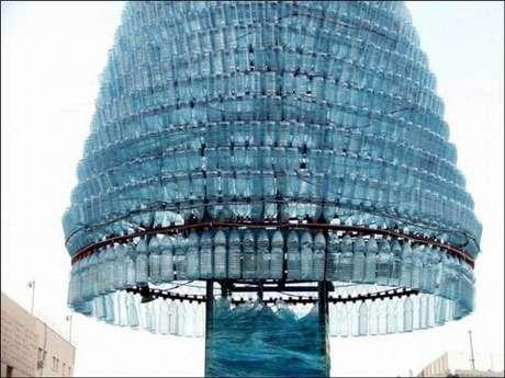 35. Árvore de natal grande feita com garrafas PET azuis. Foto de Daily Off Beat News