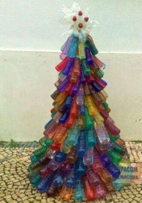 62. Árvore de natal de garrafas PET coloridas. Foto de Pinterest
