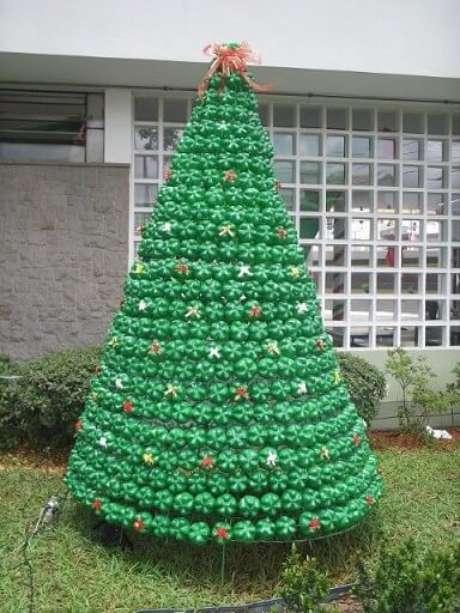58. Árvore de natal feita com bases de garrafa PET verdes com laços coloridos. Foto de Pictarics