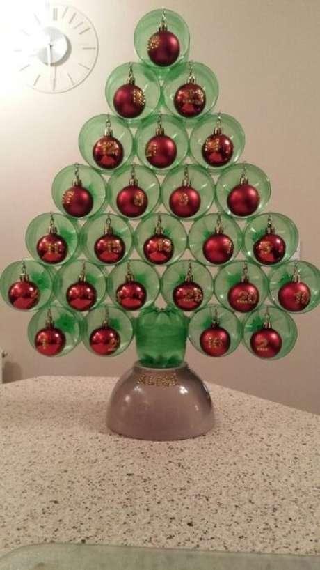 59. Mini árvore de natal de garrafa PET de mesa com bolas de natal vermelhas. Foto de Pinterest