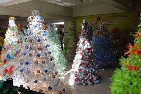 31. Árvores diversas feitas com garrafas PET. Foto de CBN News