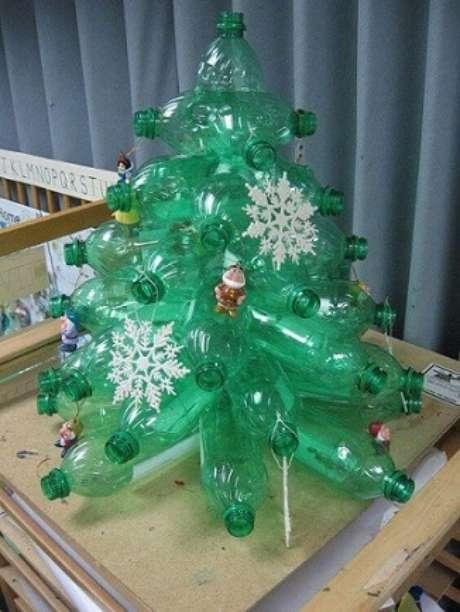14. Você pode também fazer outros modelos de árvore de natal de garrafa PET como essa da foto de Decoração e Projetos