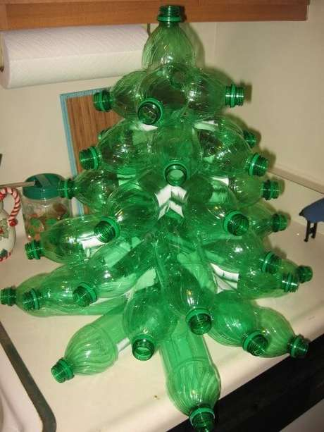 41. Árvore de natal feita com estrutura de garrafas cortadas. Foto de Flood7585