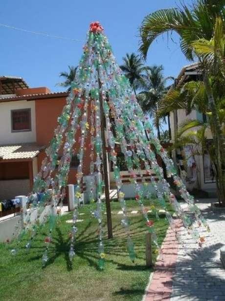 48. Árvore de natal com garrafas PET presas umas às outras. Foto de skot & danielle