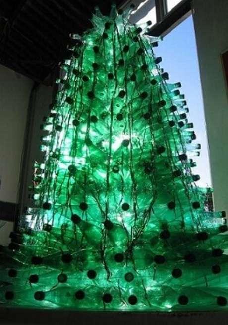 28. Árvore de natal com garrafas PET verdes com luz interna. Foto de Assarte