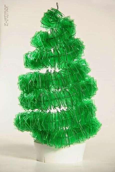 44. Você pode fazer pedacinhos da garrafa para fazer a sua mini árvore. Foto de Pinterest