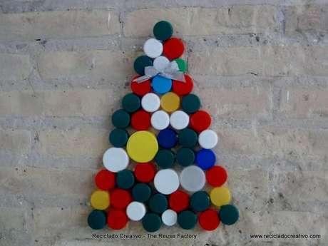 46. Árvore com tampas coloridas de garrafas PET. Foto de Reciclado Creativo