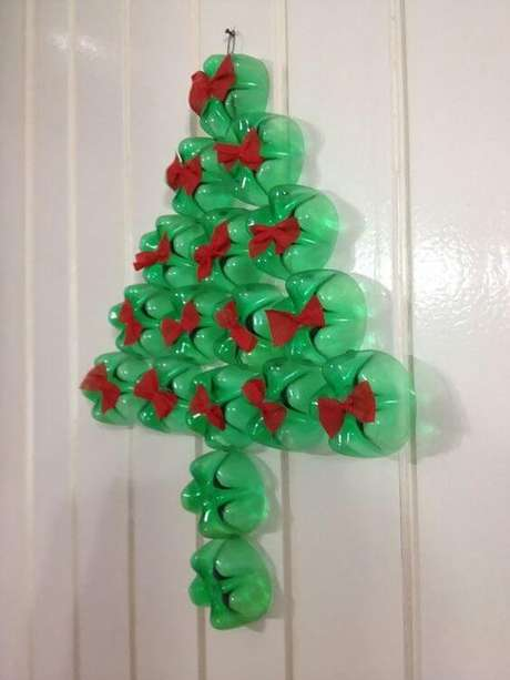 60. Árvore de natal de garrafa PET como enfeite de porta. Foto de Pinterest