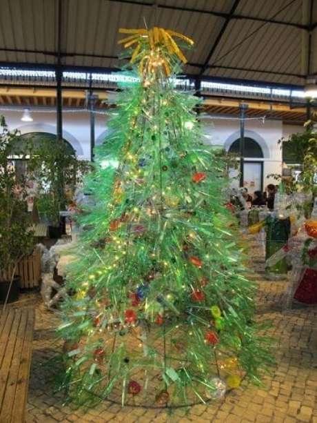 23. Você pode fazer uma estrutura de ferro para a sua árvore de natal de garrafa PET. Foto de Navidad Digital