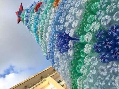 29. Árvore de natal feita com garrafas PET de várias cores. Foto de Burlington Sons of Italy