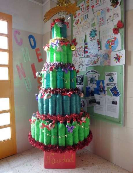 49. Árvore de natal de garrafa PET em tons diferentes de verde. Foto de Sogdia