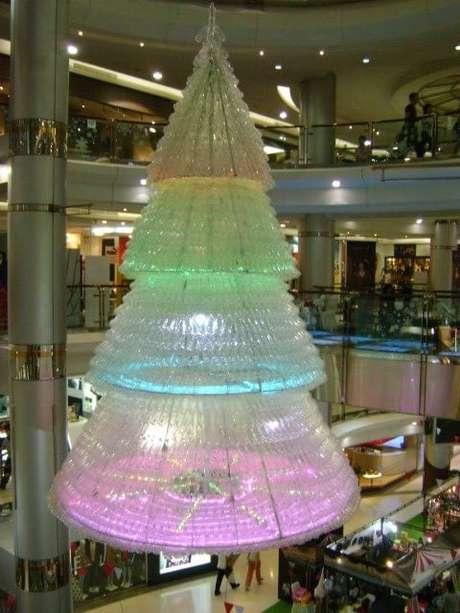 32. Árvore de natal de garrafa PET grande em shopping. Foto de Clipgoo