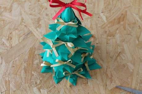 13. É assim que a sua mini árvore de natal de garrafa PET e papel ficará no final!