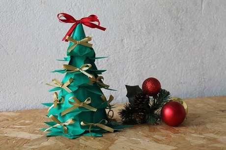 3. No nosso tutorial, você vai aprender a fazer essa árvore de natal de garrafa PET pequena com lacinhos