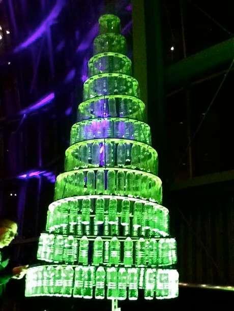 54. Árvore de natal com garrafas penduradas. Foto de Weekly Blog Club