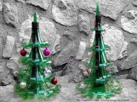 64. Árvores de natal pequenas de garrafa PET com mini bolinhas coloridas. Foto de Pinterest