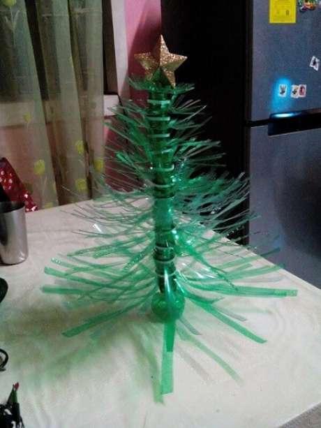 51. Árvore de natal feita com garrafa PET picotada. Foto de Thrifty Fun