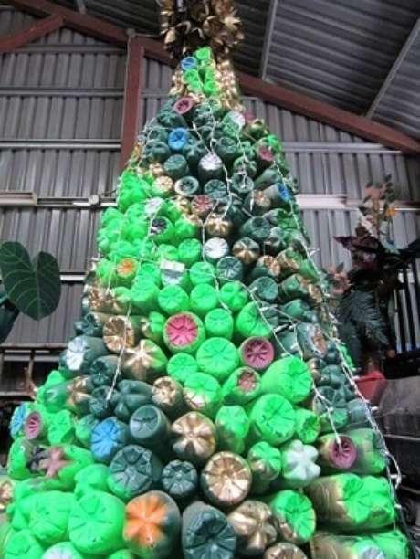 65. Árvore de natal com garrafas PET pintadas. Foto de Pinterest