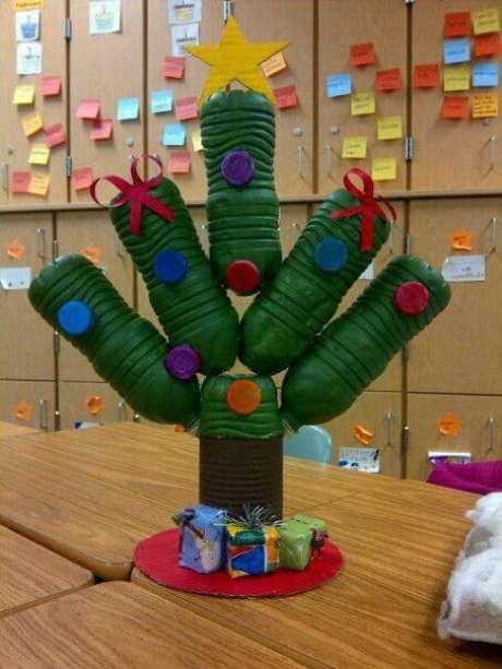 52. Árvore de natal feita com garrafas PET pintadas. Foto de Tlynn Wolf