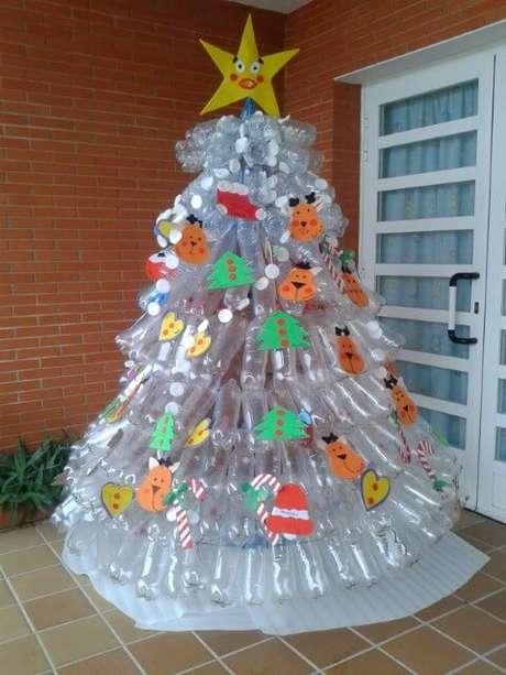 45. Árvore de natal de garrafa PET transparente com enfeites de papel. Foto de Quotatis