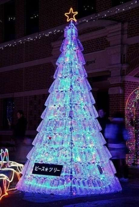 21. A árvore de natal de garrafa PET com iluminação interna fica bem legal. Foto de Katsuzin13