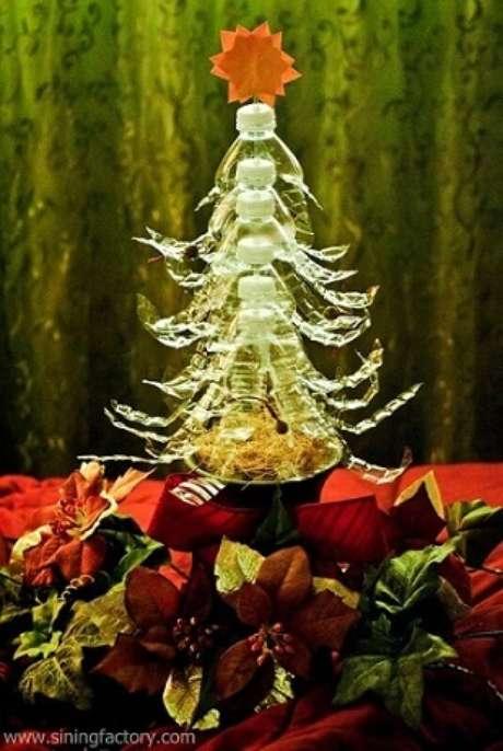 47. Árvore de natal feita com garrafas PET transparentes empilhadas. Foto de Sining Factory