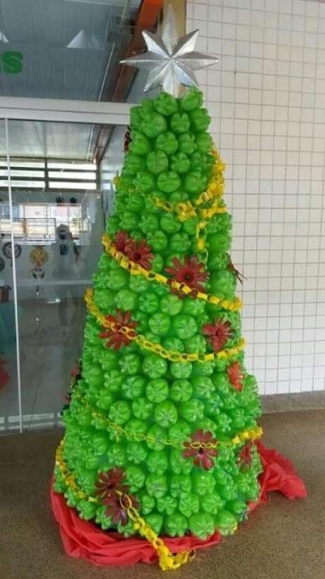 61. Árvore de natal de garrafa PET verde com decorações de plástico. Foto de Pinterest