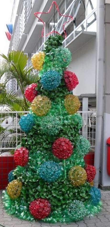 57. Árvore de natal de garrafa PET verde com enfeites grandes coloridos. Foto de Photography InStyle
