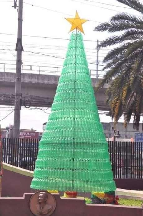 22. A árvore de garrafa PET verde é perfeita para o natal. Foto de Keziah Garde