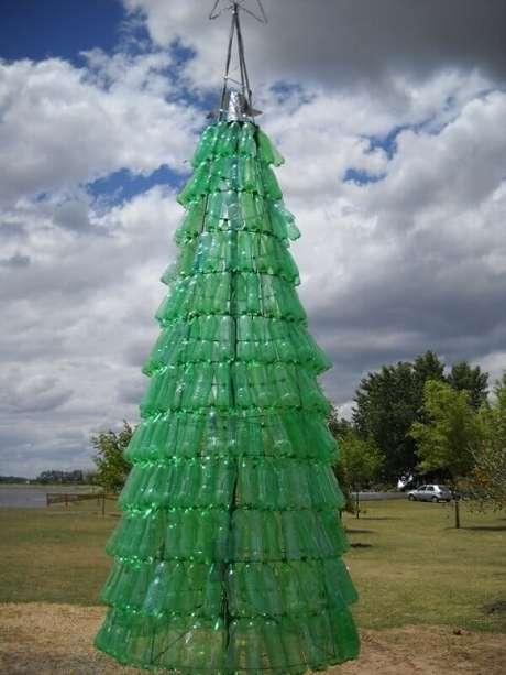 38. Árvore de natal com garrafas verdes em estrutura metálica. Foto de Ecologia Hoy