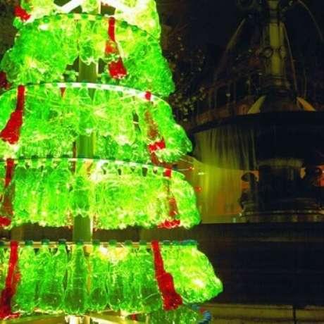 20. Árvore de natal com garrafas verdes e vermelhas. Foto de I Green Spot