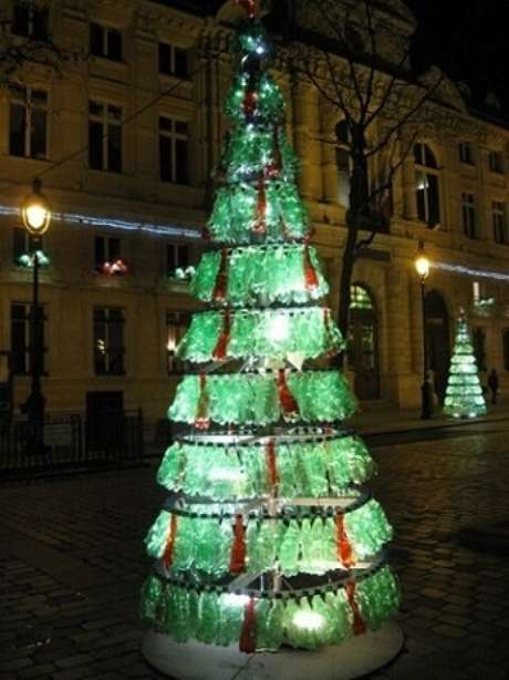 25. Árvore de natal de garrafa PET verde e vermelha nas ruas de Paris. Foto de Paris Imperfect