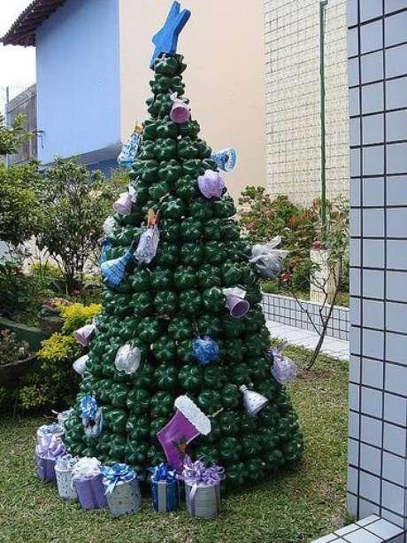 37. Árvore de natal com garrafas PET verdes escuras com enfeites feitos também de garrafas. Foto de Dicas para Decoração de Natal