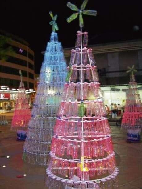 39. Árvores de natal com garrafas vermelhas e transparentes. Foto de Envdev Malaysia